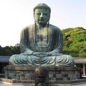 Group tour visits Hakone buddha