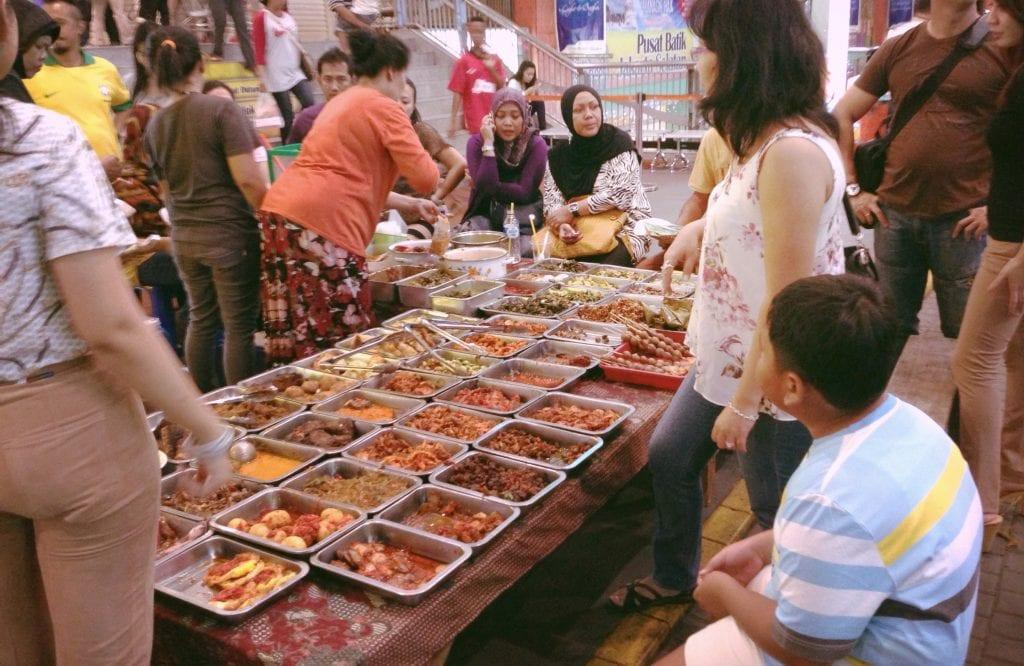 Gente que come en Yakarta